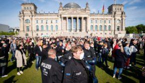 Corona-Demo vor dem Reichstag, Berlin (Foto: Panorma - listiclefeed)